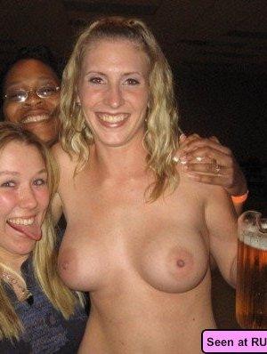 Девушки оголяются, а похотливые мужики снимают их пезды на телефон, но сучкам это только нравится - фото 2