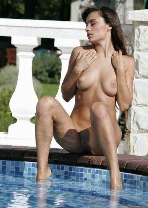 Неземной красоты шатенка гладит свое тело и ласкает сиськи, стоя по пояс в бассейне, ей явно очень приятно - фото 7