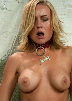 Блондинка устраивает секс соло, у нее есть очень большие резиновые пенисы - фото 20
