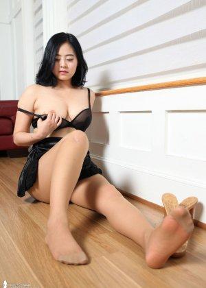 Красивая милашка азиатской внешности сбрасывает с себя лишнюю одежду и показывает грудь - фото 32