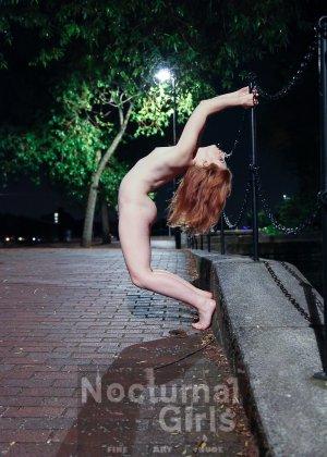 Рыжеволосая бестия совсем не стесняется своего тела, поэтому готова раздеваться даже на улице - фото 4