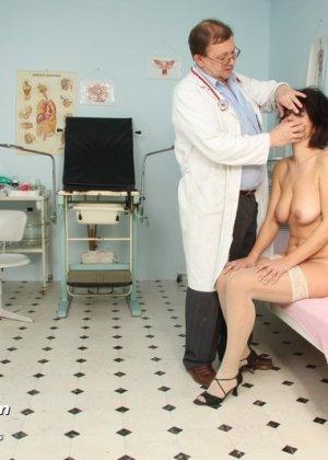 Развратный доктор устраивает зрелой женщине тщательный осмотр – она совсем не ожидала такого - фото 4