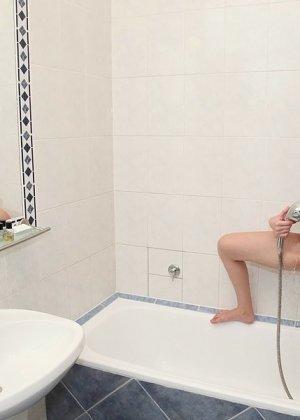 Тина Блэйд рассматривает себя в зеркале, моется, а затем отдается опытному мужчине для секса - фото 2