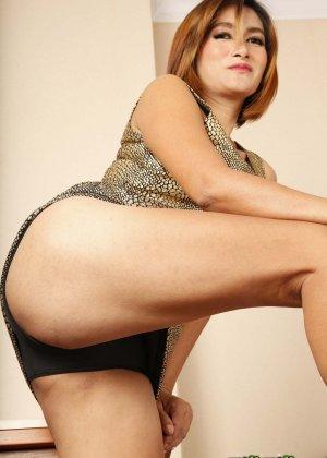 Женщина в зрелом возрасте не собирается скрывать что-то в своем теле и показывает себя полностью - фото 2