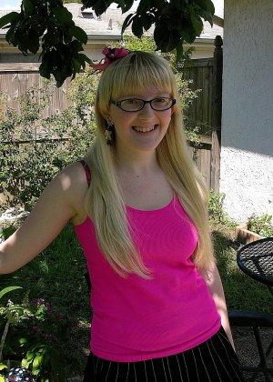 В домашних условиях некрасивая блондинка в очках показывает обе дырочки - фото 2