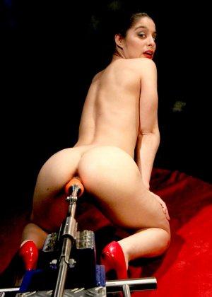 Секс-машина удовлетворяет похотливую самочку, которая с давних времен мечтает получить яркий оргазм - фото 15