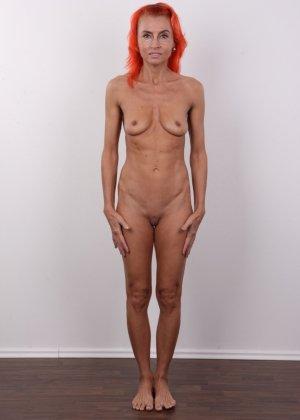 Зрелая рыжеволосая женщина не стесняется показывать свое тело и полностью раздевается перед камерой - фото 11