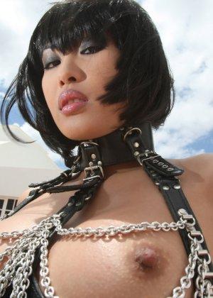 Азиатка в цепях оголит свою пизду, она сделает шикарные кадры, где видные ее розовые соски - фото 15