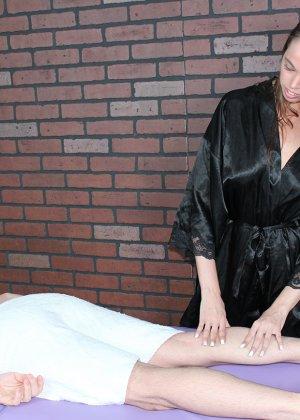 Миа умело работает своими руками, парень кончает от эротического массажа и записывается на повторный сеанс - фото 2