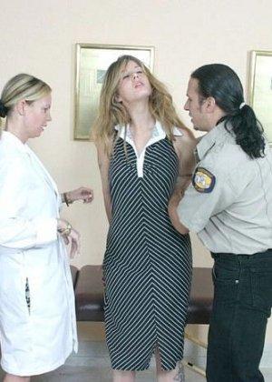 Полицейскому срочно потребовался мазок из пизды подозреваемой, а симпатичная медсестра помогла ему в этом - фото 1