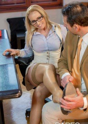 Пышногрудая блондинка так изголодалась по большому члену, что решила трахнуться с менеджером на его рабочем месте - фото 2