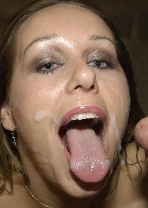 Симпатичной красотке кончили на лицо и заставили облизывать сперму - фото 9