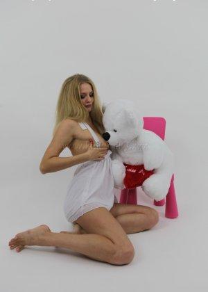 Не опытная блондинка трахает себя длинным пальчиком в попку - фото 8