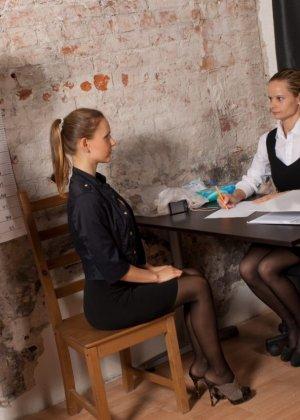 Девушка приходит на кастинг, чтобы показать на искусственном фаллосе свое искусство минета - фото 1