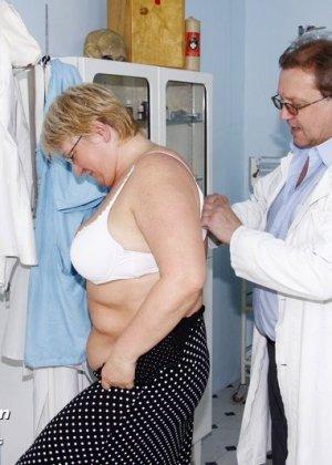 Женщина в возрасте приходит показаться врачу, а он устраивает ей хороший осмотр с пристрастием - фото 1