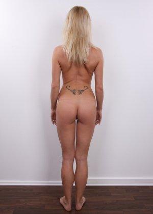 Девушка позирует перед камерой в обнаженном виде у стула - фото 12