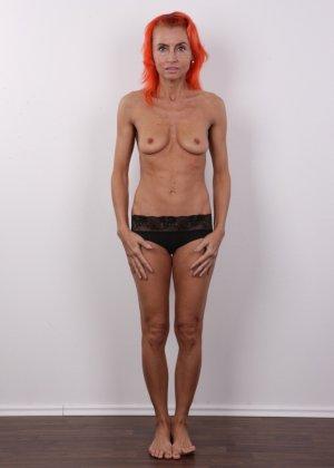 Зрелая рыжеволосая женщина не стесняется показывать свое тело и полностью раздевается перед камерой - фото 6