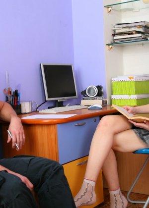 Молодую русскую красотку чувак выебал прямо в её кабинете - фото 1