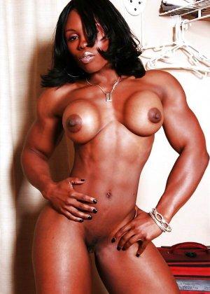 Черная женщина показывает, что занимаясь бодибилдингом можно добиться невероятных результатов - фото 9