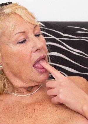 Молодая телочка оказывается очень развратной – она соглашается на уединение с пожилой женщиной - фото 9