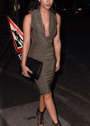 Актриса в длинном платье заскочила на премьеру своего фильма - фото 10