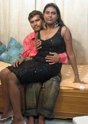 Индийская семейная пара занимается привычным сексом перед другом - фото 1