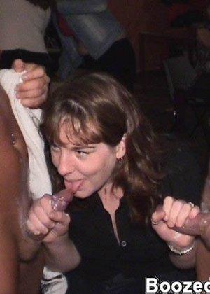 В свингерском клубе любят заводить новые связи интимные красотки - фото 13