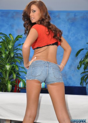 Уитни давно работает массажисткой, к ней на прием записываются мужики с различной длиной пениса - фото 2