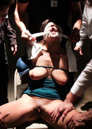 Толпа зрелых мужиков выебали связаную телку которая сильно стонала - фото 7