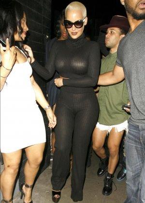 Телка с короткой стрижкой но очень большими дойками в черном костюме - фото 3