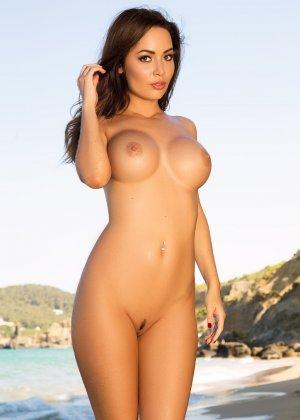Адриенн Левай показывает свое сексуальное тело в крохотном красном бикини, позволяя насладиться своей красотой - фото 14