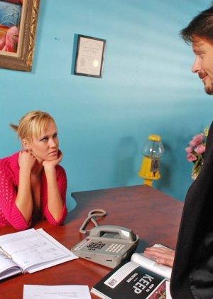 Красивая бизнесвумен Чарли Паркер предпочитает ебаться со своим заместителем и сосать ему хуй в рабочее время - фото 2
