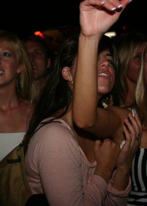Пьяные девушки показывают свои обнаженные тела в стенах клуба - фото 14