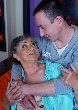 Женщина в почтенном возрасте соблазняет молодого мужчину и он устраивает ей хорошую еблю - фото 4