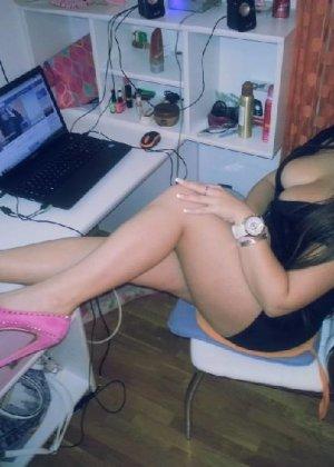 Русская брюнетка наделала кучу фото своей огромной попы и выложила в сеть - фото 10
