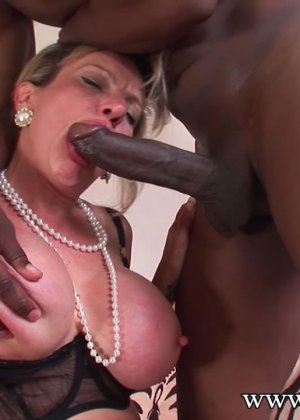 Леди Соня обожает секс, поэтому старательно делает минет темнокожему мужчине с огромным членом - фото 11