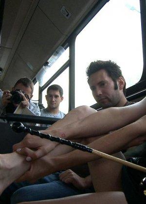 Горяченькая малышка берет в ротик у парня на публике в автобусе - фото 5