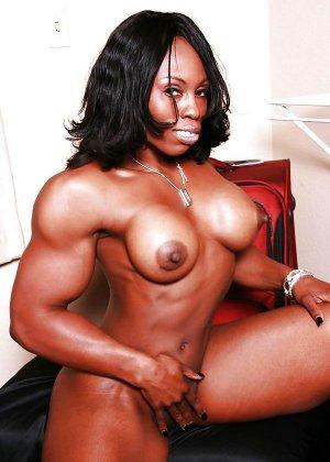 Черная женщина показывает, что занимаясь бодибилдингом можно добиться невероятных результатов - фото 6