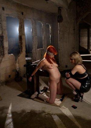 Рыжая рабыня выполняет все требования своей госпожи, эти лесбиянки любят играть в БДСМ на заброшенных стройках - фото 13
