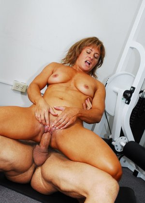Тело этой женщины очень атлетично - она занимается бодибилдингом, но и про секс не забывает - фото 18