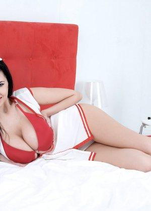 Черноволосая медсестра устроила красивый стриптиз и показала свои большие сиськи - фото 9