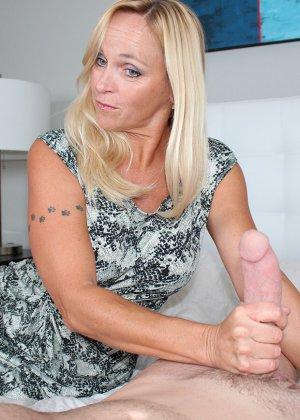 Опытная блондинка знает, как ублажать мужчину и делает это действительно качественно, доводя до конца - фото 1