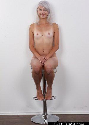Блондинка с мелкой сиськой показала свою выбритую пизду - фото 13