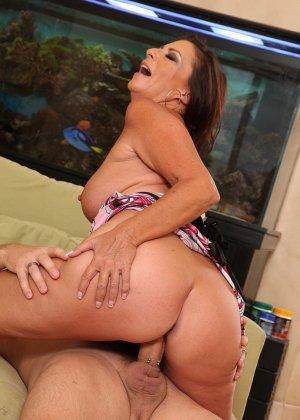 Зрелая брюнетка с большой грудью занимается сексом в любимых позах - фото 7