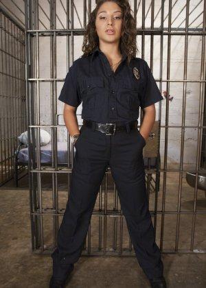 Савана Фокс в униформе шерифа отжарила свою заключенную в камере - фото 1
