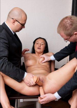Два зрелых парня издеваются над красоткой суя ей в пизду секс игрушки - фото 11