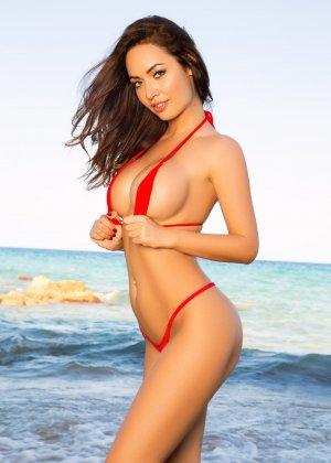Адриенн Левай показывает свое сексуальное тело в крохотном красном бикини, позволяя насладиться своей красотой - фото 3