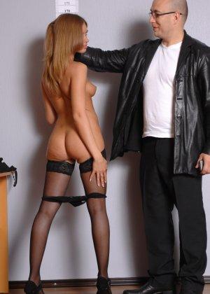Девушка приходит в офис, а там развратный мужчина разрешает себя осмотреть со всех сторон - фото 9