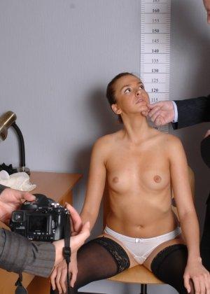 Девушка оказывается в обществе развратной парочки, которая жаждет посмотреть на все ее достоинства - фото 2