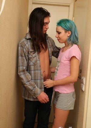 Эмо с зелеными волосами и мелкими сиськами толкает в пизду член парня - фото 1